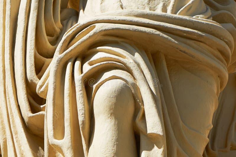 雕塑的片段 妇女在礼服下的` s膝盖 免版税库存照片