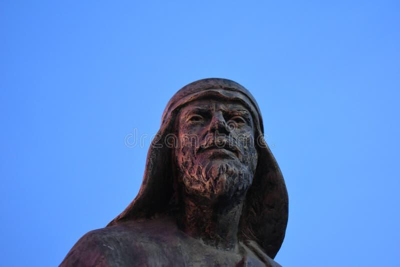 雕塑的片段 落日的光芒的流浪者,反对天空蔚蓝 ?? 免版税库存图片