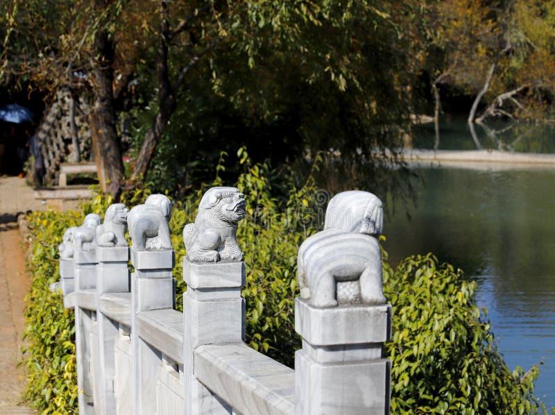 雕塑的细节在白色大理石桥梁的在黑龙水池,丽江,云南,中国 库存照片