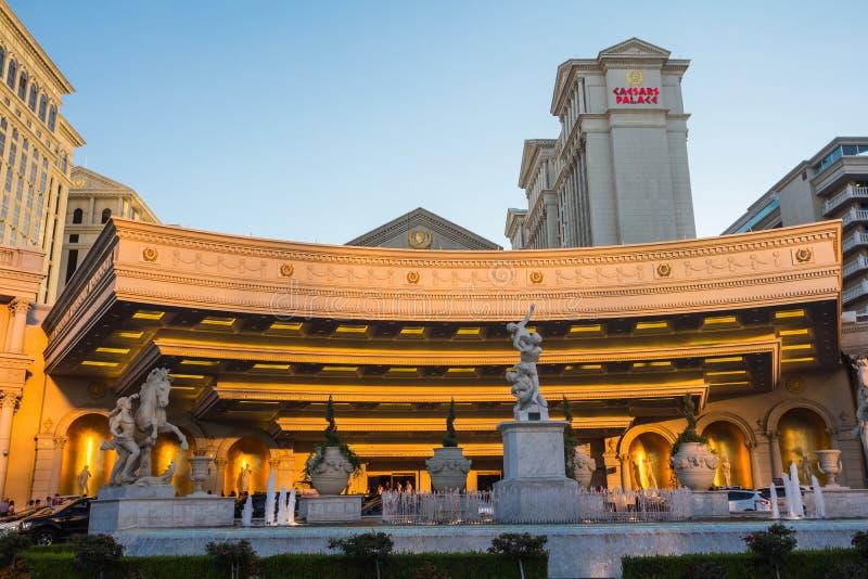雕象和喷泉在一家豪华旅馆的入口 图库摄影