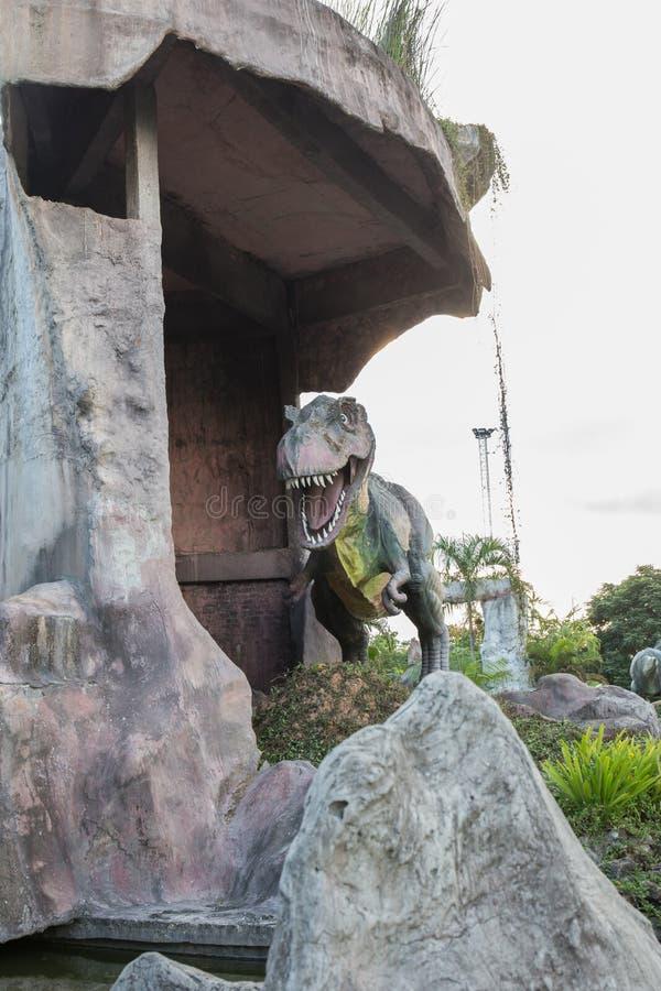 雕象和恐龙在KHONKEAN,泰国公园  免版税库存图片