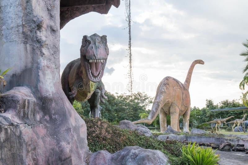 雕象和恐龙在KHONKEAN,泰国公园  库存图片