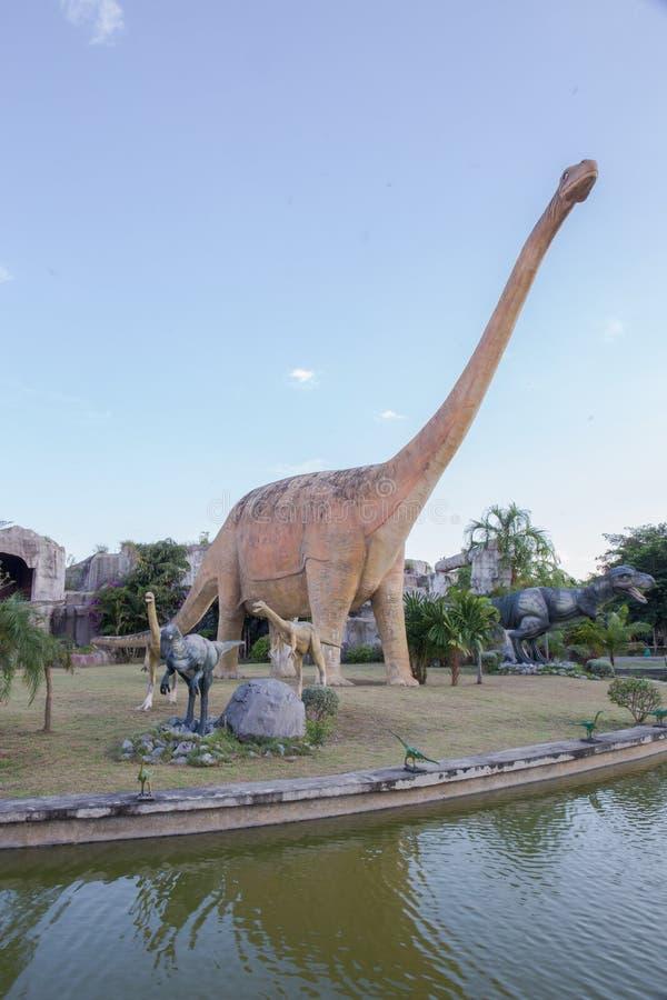 雕象和恐龙在KHONKEAN,泰国公园  图库摄影
