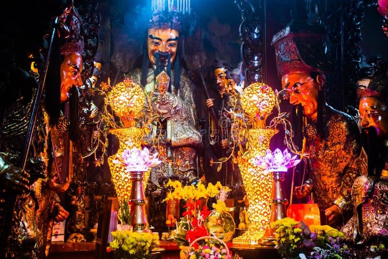 雕象和蜡烛在神奇玉皇大帝塔,胡志明市,越南 图库摄影