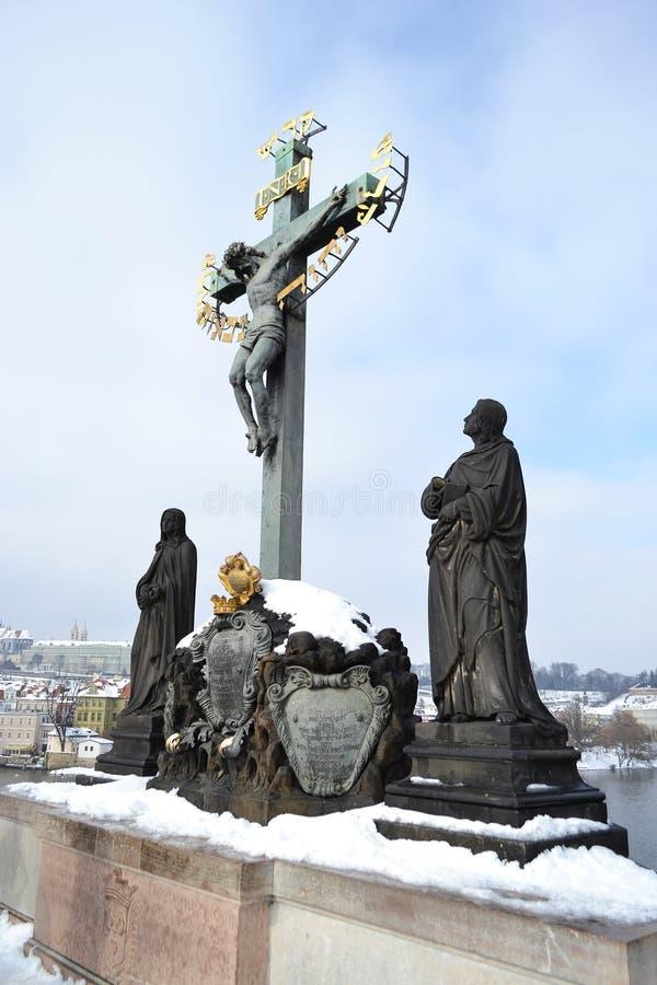 雕象圣克罗斯在查尔斯桥梁 库存图片