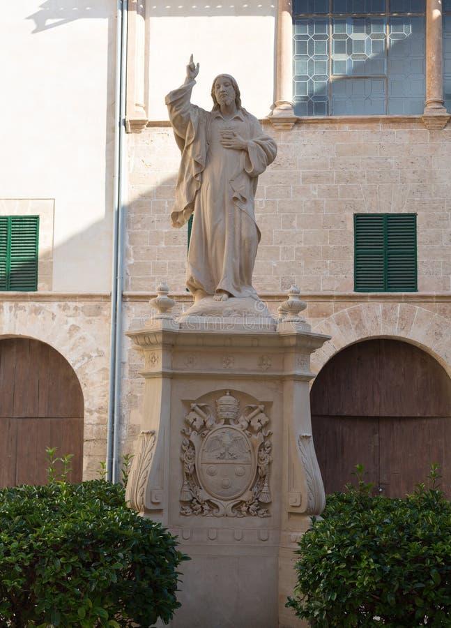 雕象在一个私有房子的庭院里 免版税库存照片