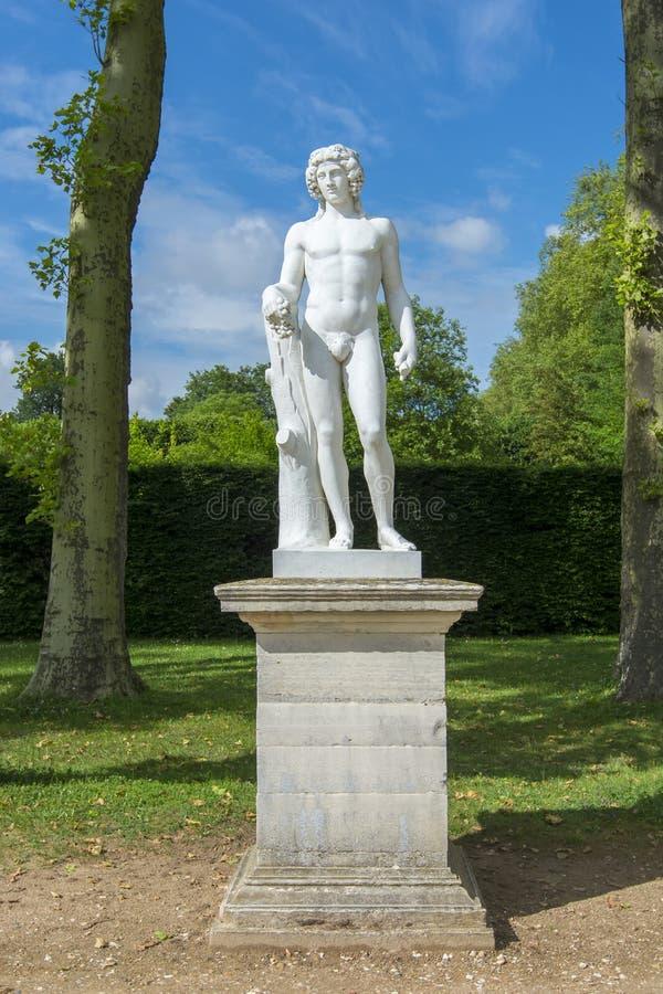 雕象在凡尔赛庭院,巴黎,法国里 免版税库存图片