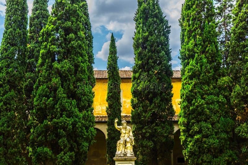 雕象在庭院,佛罗伦萨,意大利里 免版税库存图片