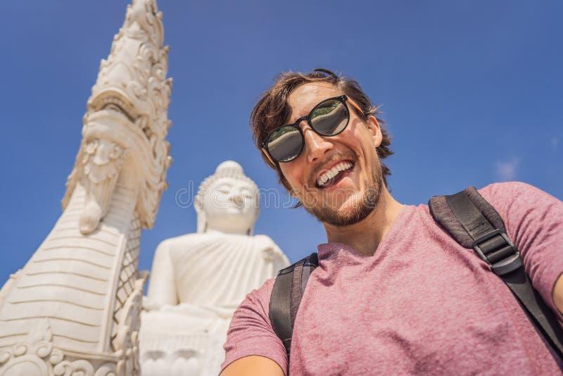 雕象在普吉岛泰国一个高小山顶被塑造大菩萨的背景的人游人能从a被看见 库存照片