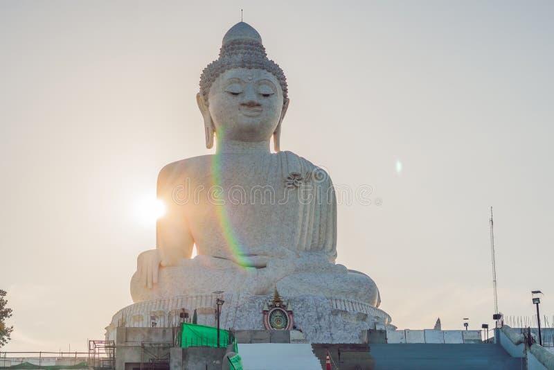 雕象在普吉岛泰国一个高小山顶被塑造的大菩萨能从远方被看见 免版税库存图片