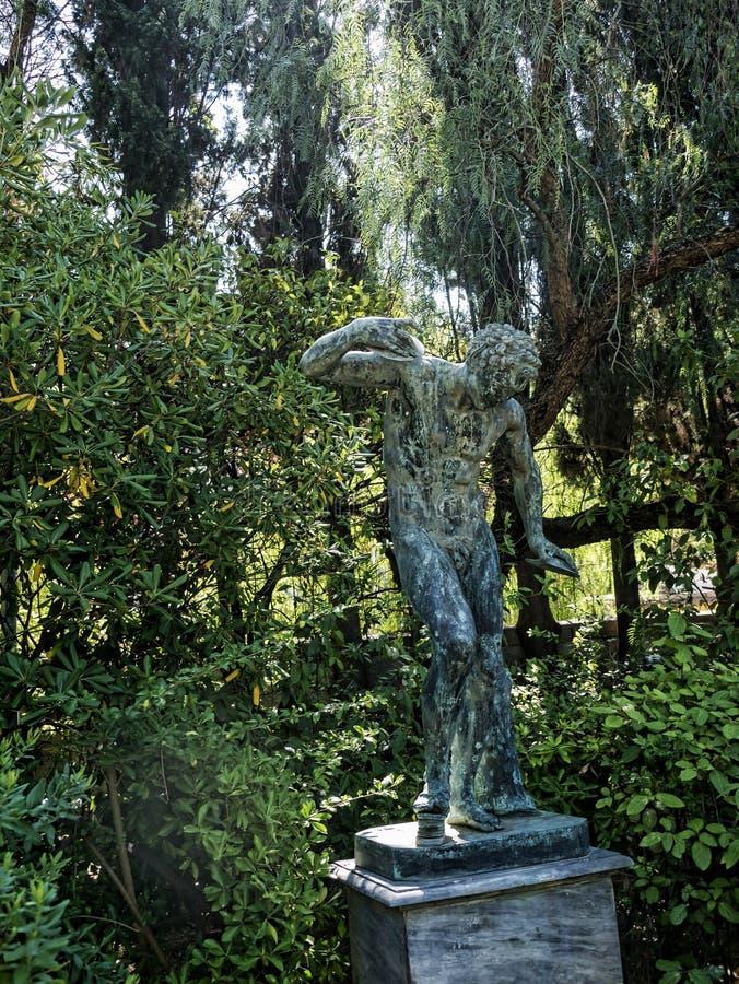 雕象在Achillieon宫殿的庭院里在奥地利Sissi的女皇修造的科孚岛希腊海岛上的伊丽莎白 库存照片