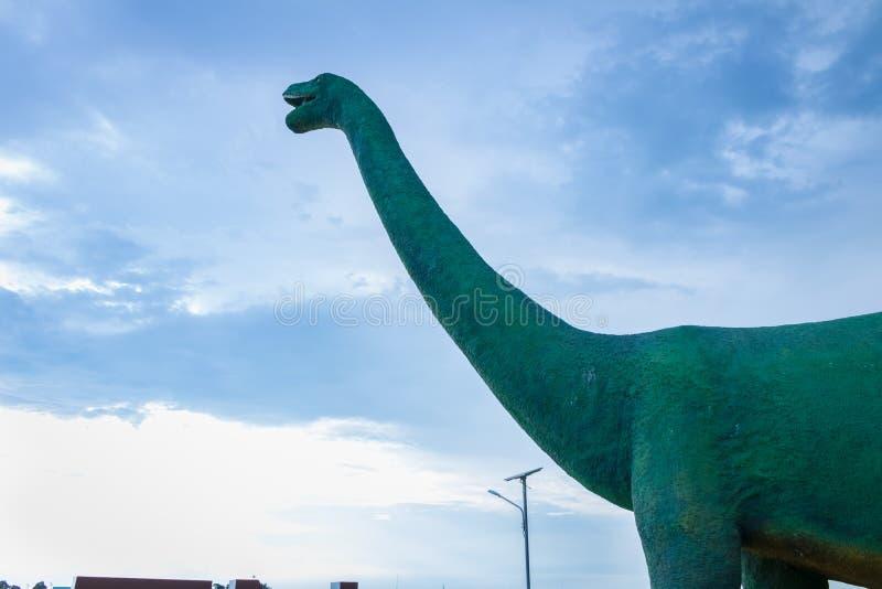 雕象大恐龙在有蓝天的公园在Khon Kaen,泰国 库存照片