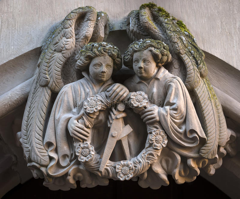 雕象天使特写镜头在海得尔堡城堡,巴登-符腾堡州,德国废墟的  免版税图库摄影