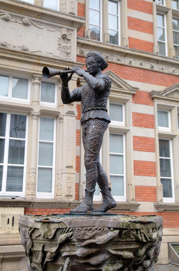 雕象染色吹笛者(捕鼠者)哈默尔恩。 库存照片