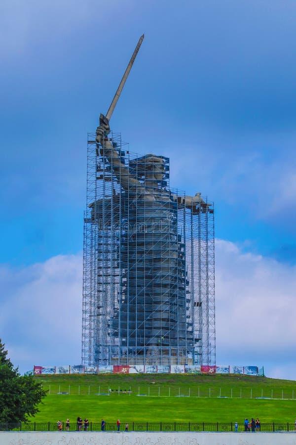 雕象的重建在马马耶夫库尔干州的祖国电话在伏尔加格勒 免版税库存照片