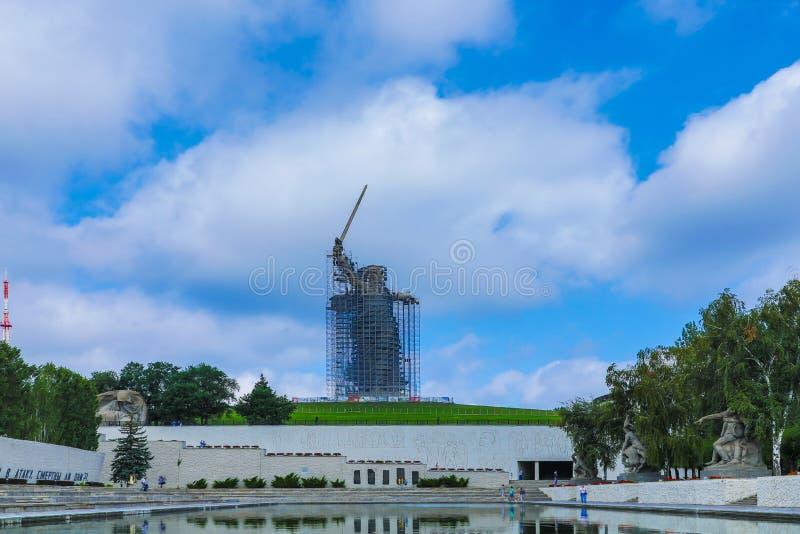 雕象的重建在马马耶夫库尔干州的祖国电话在伏尔加格勒 免版税库存图片