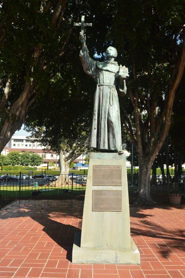 雕象致力生Junipero Serra在街市洛杉矶 库存图片