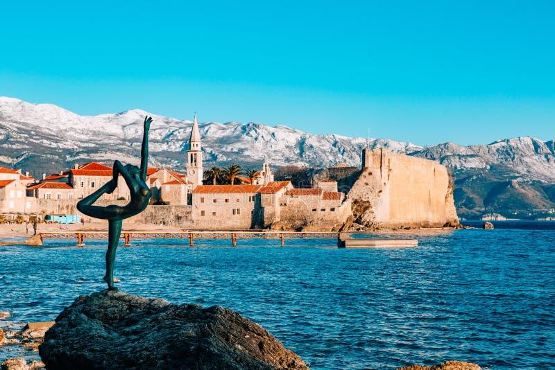 雕象舞蹈家,芭蕾舞女演员在布德瓦,黑山 免版税库存照片