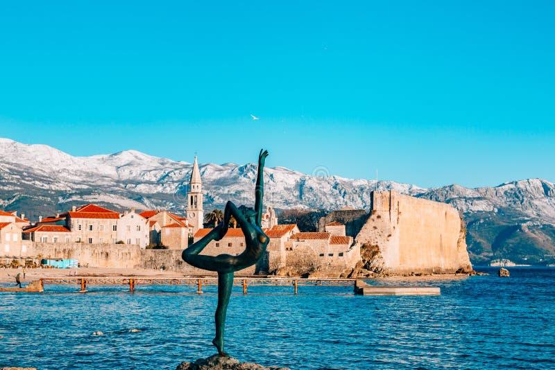 雕象舞蹈家,芭蕾舞女演员在布德瓦,黑山 免版税库存图片
