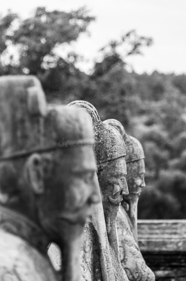 雕象行在阮福昶皇帝的陵墓的颜色的,越南,有其他雕象的在背景中 库存照片