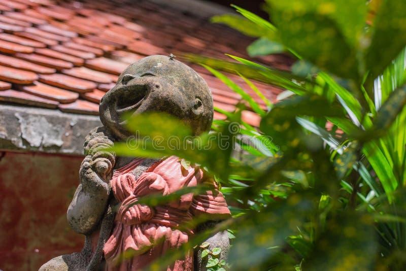 雕象送通过过去微笑方式 免版税库存照片