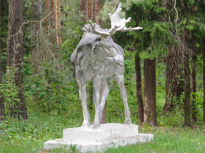 雕象麋老和大在森林里 库存照片