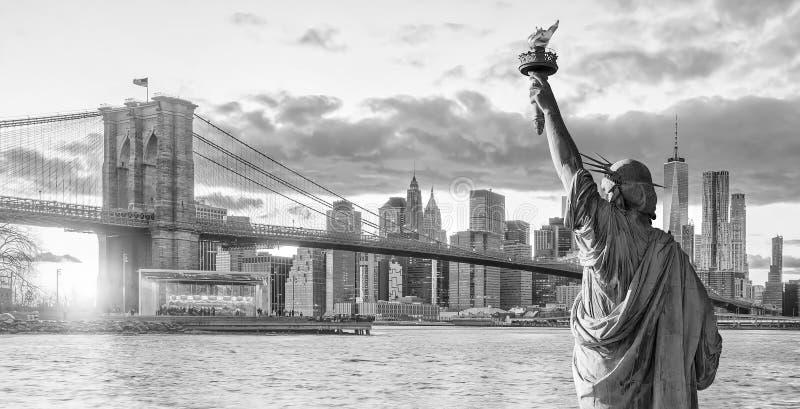 雕象黑白自由和纽约的地平线 免版税库存照片