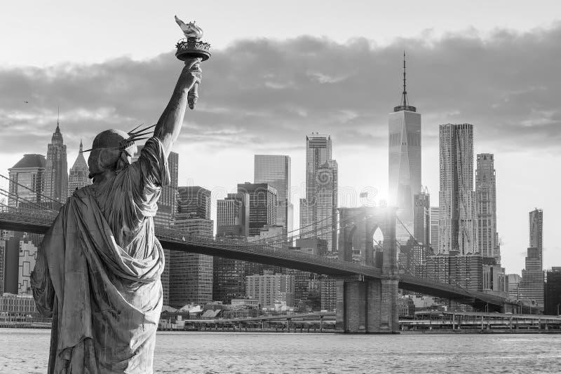 雕象黑白自由和纽约的地平线 免版税图库摄影
