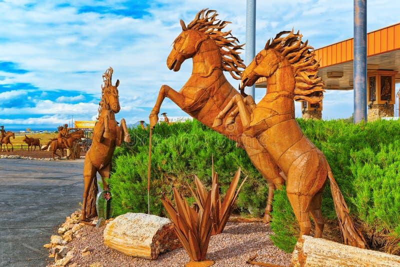 雕象,铁金属制品雕塑在咖啡馆Stones&More附近的在亚利桑那 图库摄影