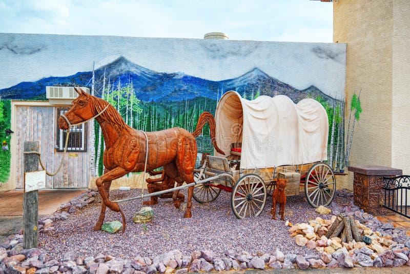 雕象,铁金属制品雕塑在咖啡馆Stones&More附近的在亚利桑那 免版税库存图片