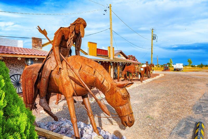 雕象,铁金属制品雕塑在咖啡馆Stones&More附近的在亚利桑那 库存照片