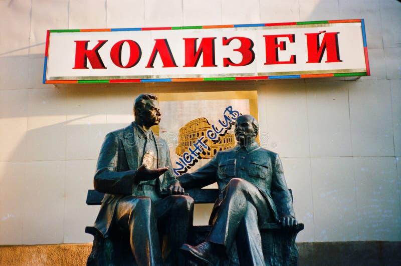 雕象-雕象作家马克西姆・高尔基和领导世界无产阶级在列宁 免版税图库摄影