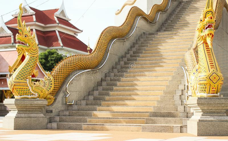 雕象Phaya的Nak长期是建筑学毗邻佛教 库存图片