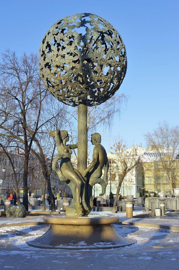雕刻亚当和伊芙,喷泉圣经的图  库存照片