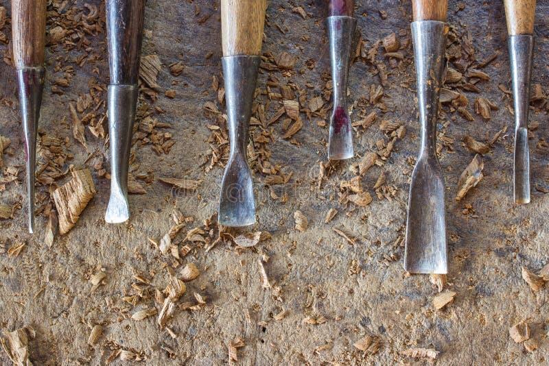 雕刻凿子的老和很好使用的木头 库存照片