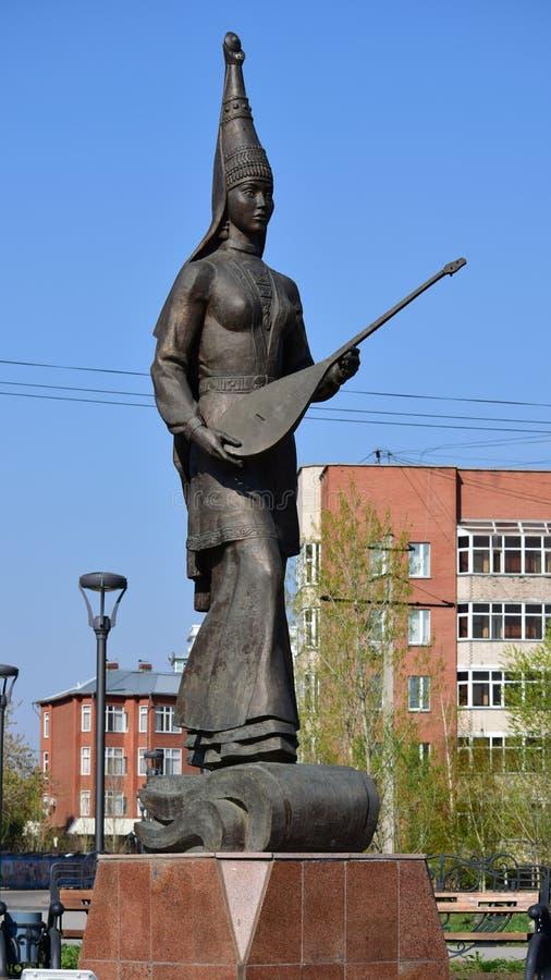 雕刻以哈萨克人国民衣裳的一个女孩为特色 图库摄影