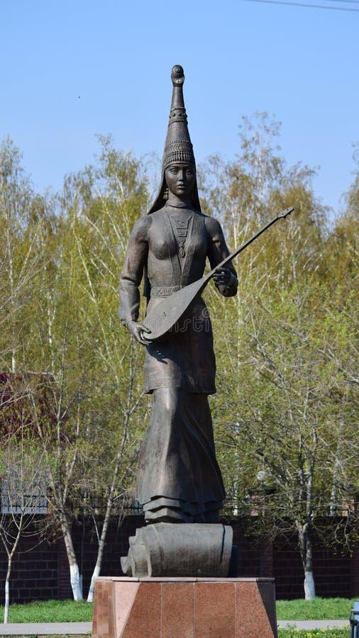 雕刻以哈萨克人国民衣裳的一个女孩为特色 免版税库存照片