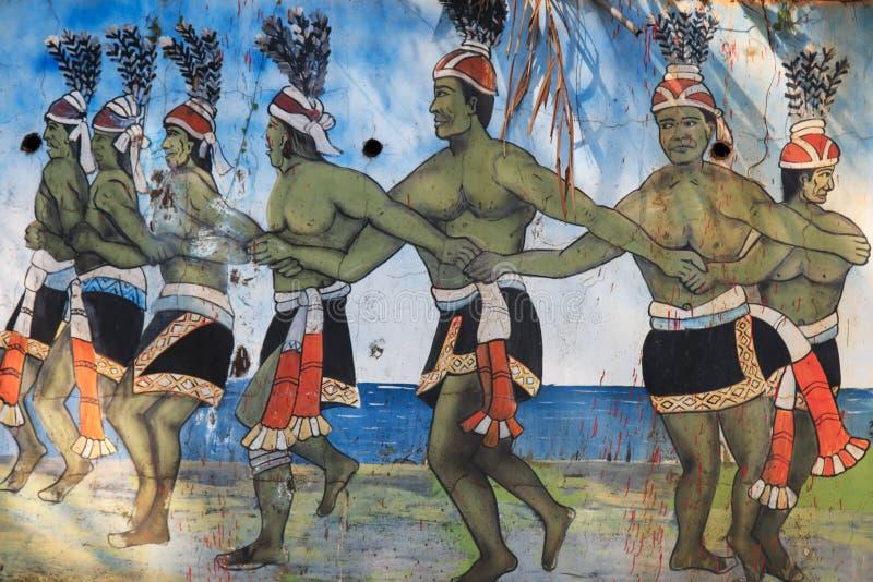 雕刻在描述原史台湾人的台湾土著人民文化公园跳舞在传统服装在Pintu 免版税库存图片