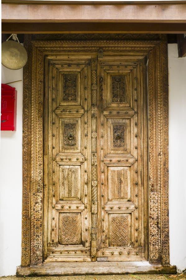雕刻在门的木头的片段 库存照片