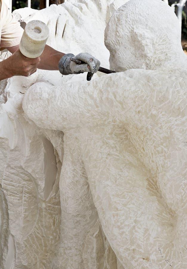 雕刻家做一个雕塑 免版税图库摄影