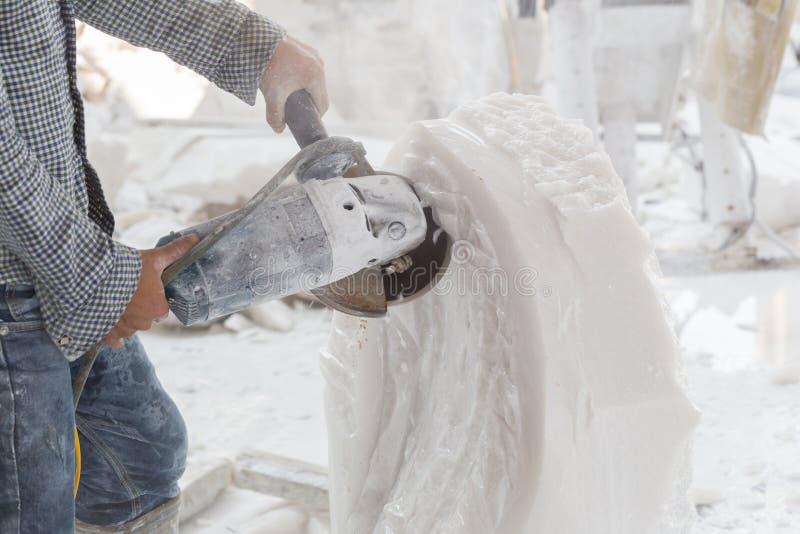 雕刻家做雕塑白色大理石 库存照片