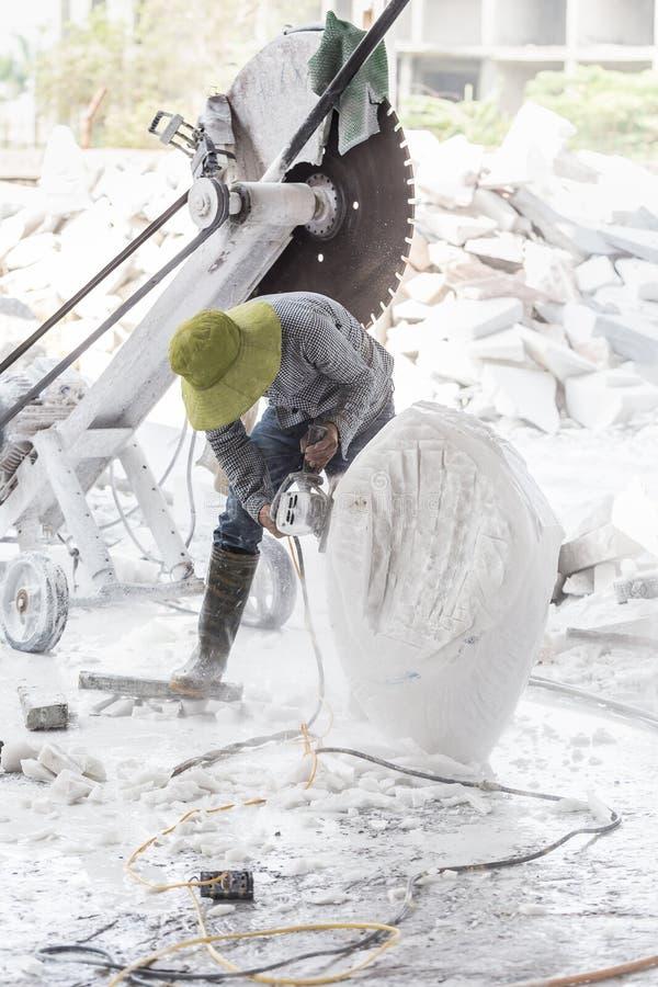 雕刻家做雕塑白色大理石 免版税库存照片