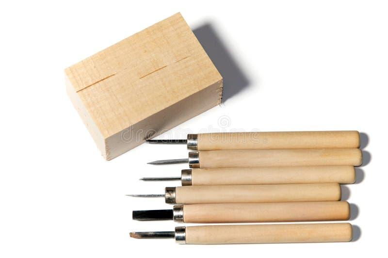 雕刻工具和美国鹅掌楸的木头 图库摄影