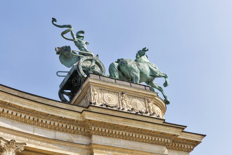 雕刻战争运输车在英雄正方形 布达佩斯 免版税图库摄影