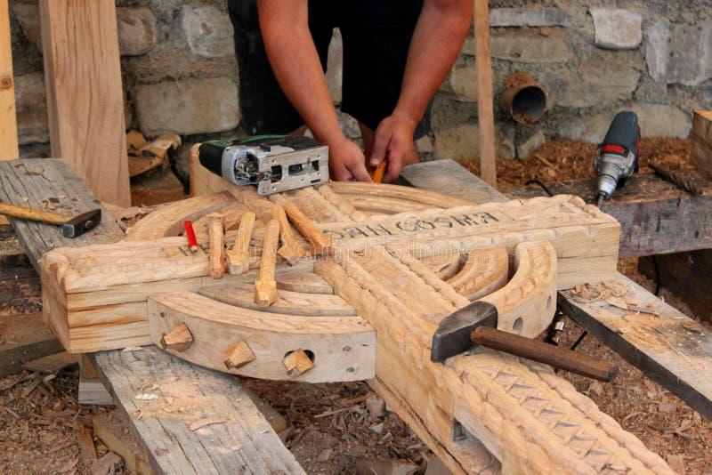 雕刻木头的工匠 免版税图库摄影