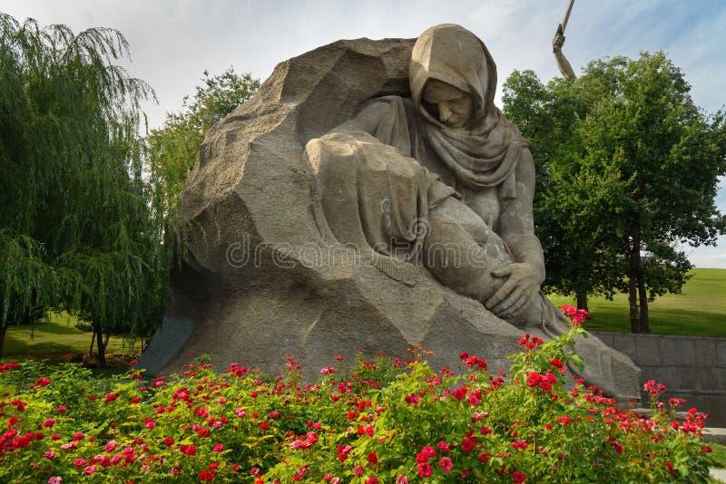 雕刻母亲` s哀情 纪念复杂Mamayev库尔干在伏尔加格勒 免版税库存图片