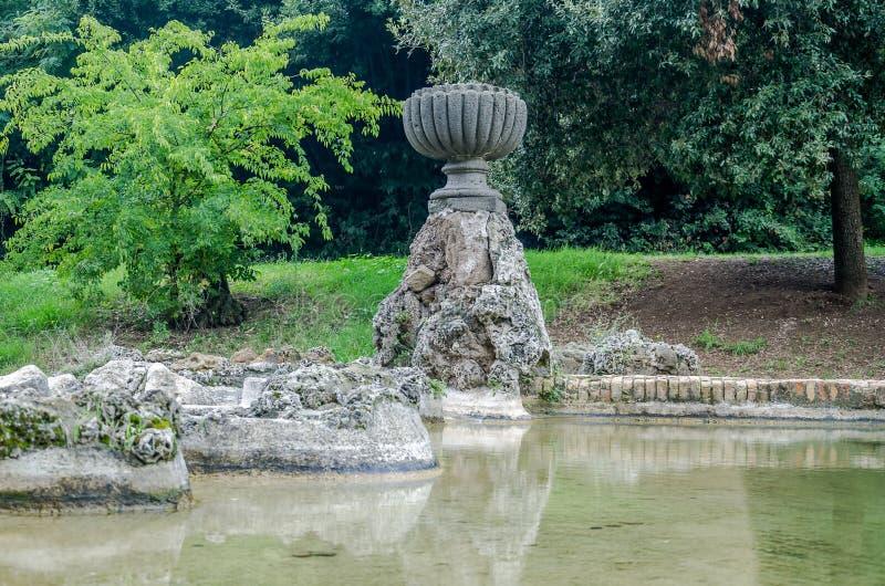 雕刻水流量到人工湖里在公园在维拉Pamphili在罗马,意大利的首都的喷泉 库存照片