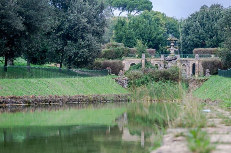 雕刻水流量到人工湖里在公园在维拉Pamphili在罗马,意大利的首都的喷泉 库存图片