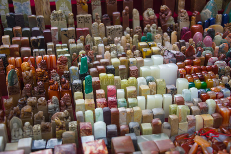 雕刻石封印的中国工匠 免版税库存图片