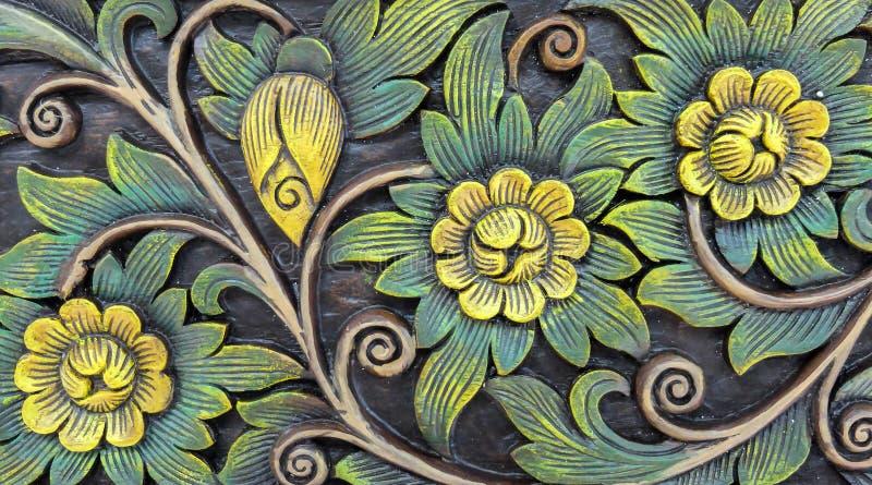 雕刻葡萄酒在树无缝的样式的样式甜花卉和叶子在作为美丽的古董使用的木背景纹理 库存图片